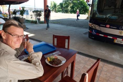 Pausa para comer gallo pinto entre la frontera de Costa Rica y Panamá